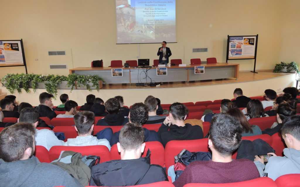 FOTO | Istituto Alessandrini-Marino, Grande successo per l'incontro sulla Costituzione con il prof. Enzo Di Salvatore