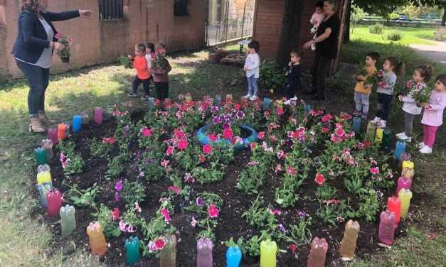 FOTO e VIDEO |  Teramo, il pollice verde dei bimbi: iniziativa con i fiori all'asilo nido Pinocchio