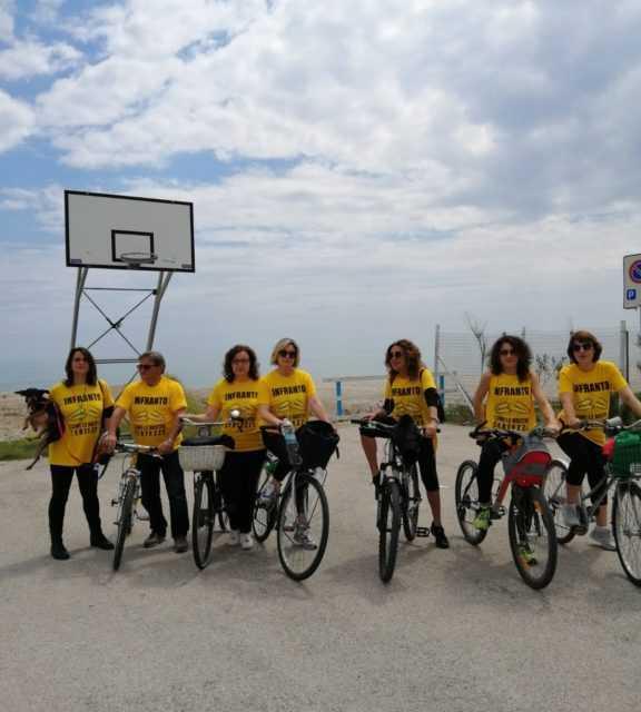 FOTO | Biciclettata Adriatica con i lavoratori del Mercatone Uno tra bandiera gialla e protocollo Fiab