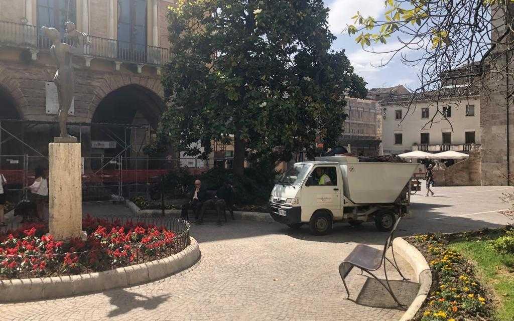 Teramo, decoro per piazza Orsini: pulizia dei giardinetti e migliorare sicurezza