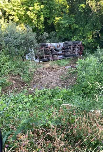 FOTO | Torricella, Sp 48 chiusa per un camion in bilico sulla scarpata: riaperta nel pomeriggio