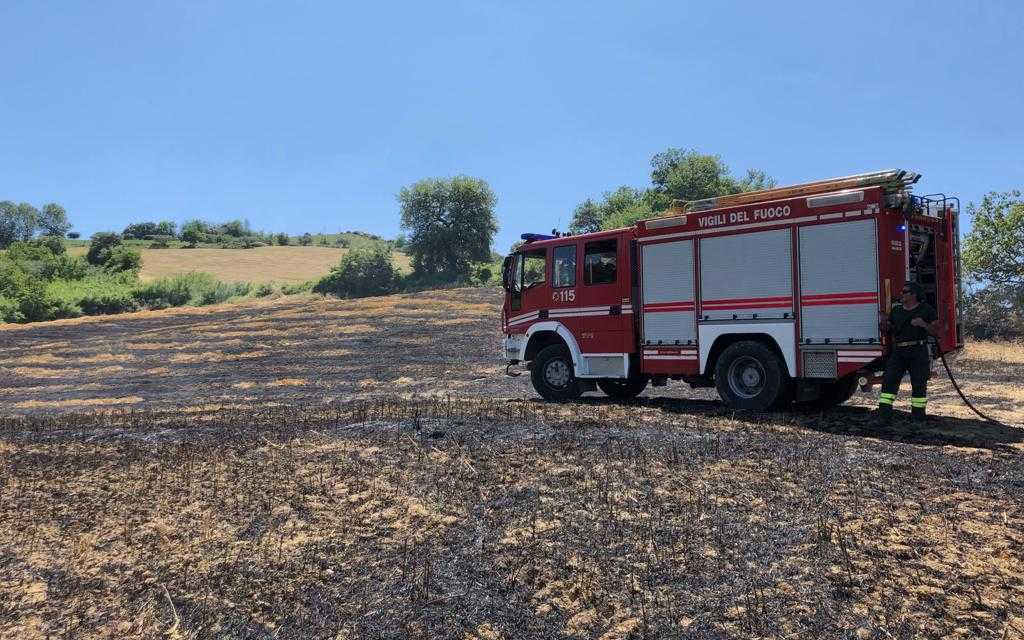 FOTO   Cellino, a fuoco mezzo agricolo e due ettari di stoppie nei pressi dei Calanchi