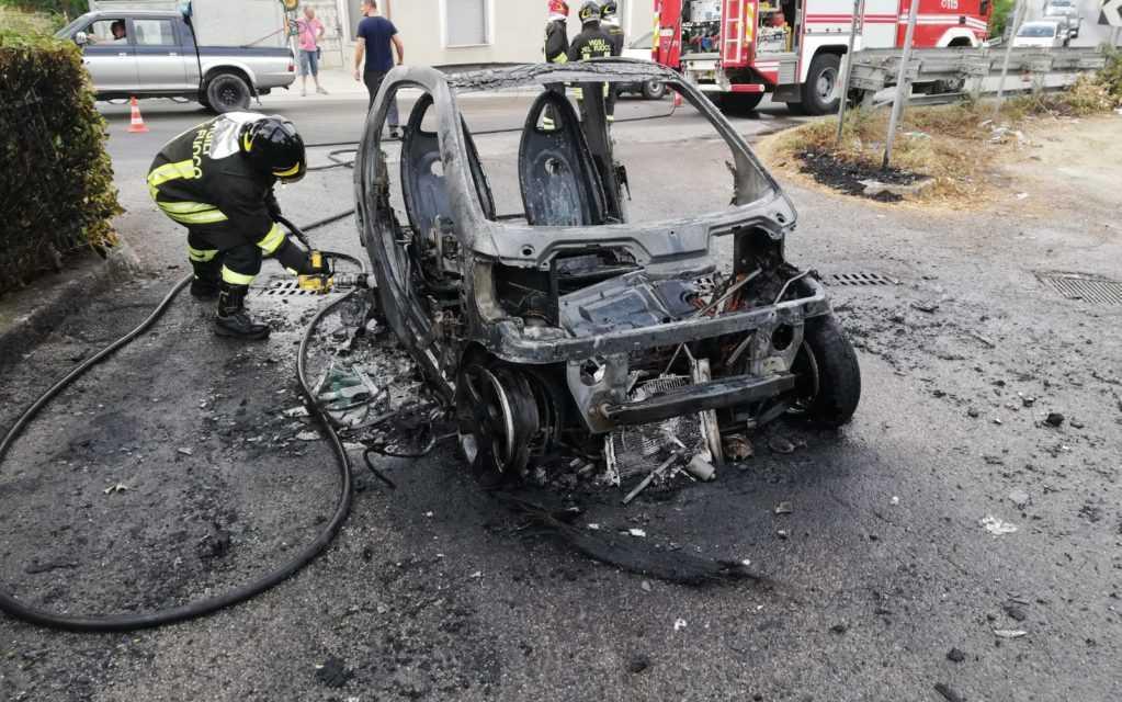 Incendi, Smart a fuoco a Roseto degli Abruzzi: bruciano sterpaglie a Colle Morino