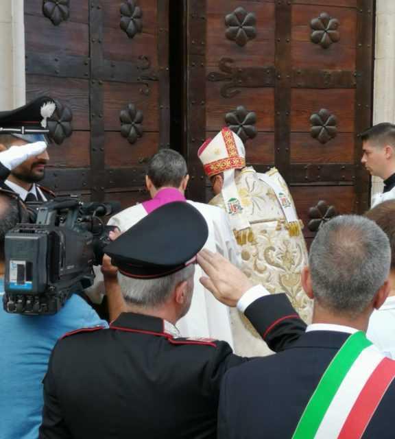 Atri, in migliaia per il solenne rito dell'apertura della Porta Santa della Basilica di Santa Maria Assunta