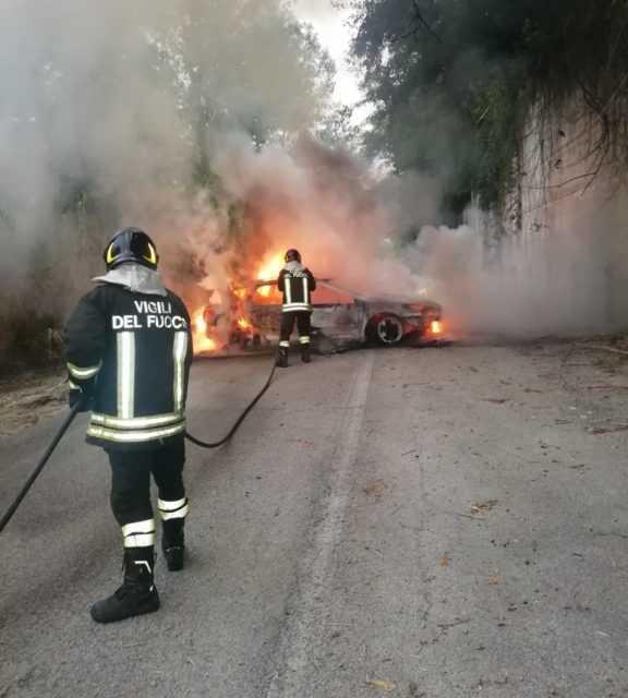 A fuoco una Peugeot a Villa Bozza di Montefino: salvo il conducente, un 50enne di Atri
