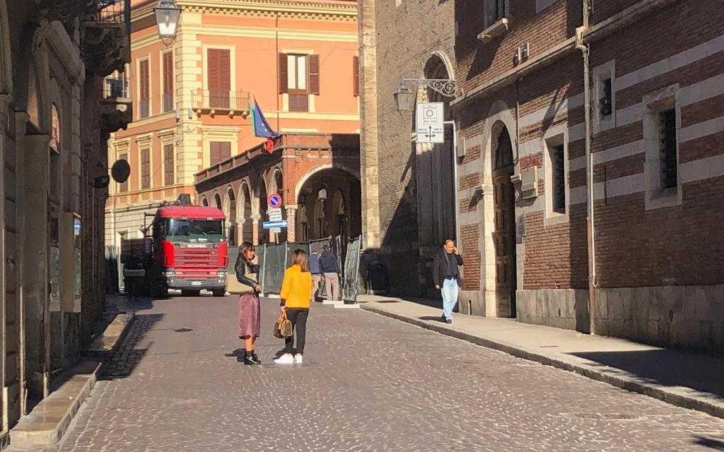 FOTO e VIDEO | Corso De' Michetti, cantiere allestito ma i Commercianti non sapevano nulla: stasera riunione, pronti a protestare