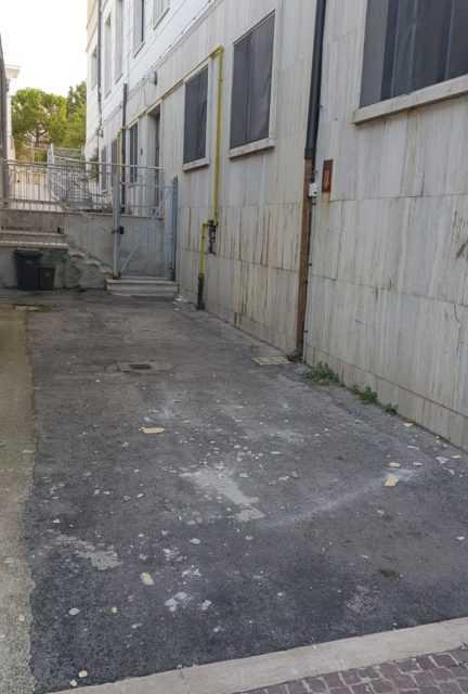 FOTO | Atri, cadono calcinacci alla scuola elementare: la denuncia