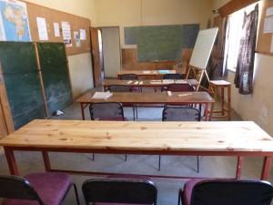 no2_das-klassenzimmer-mit-selbstgebauten-schultischen
