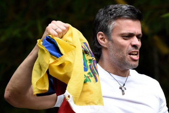Leopoldo López, exhibe una bandera nacional