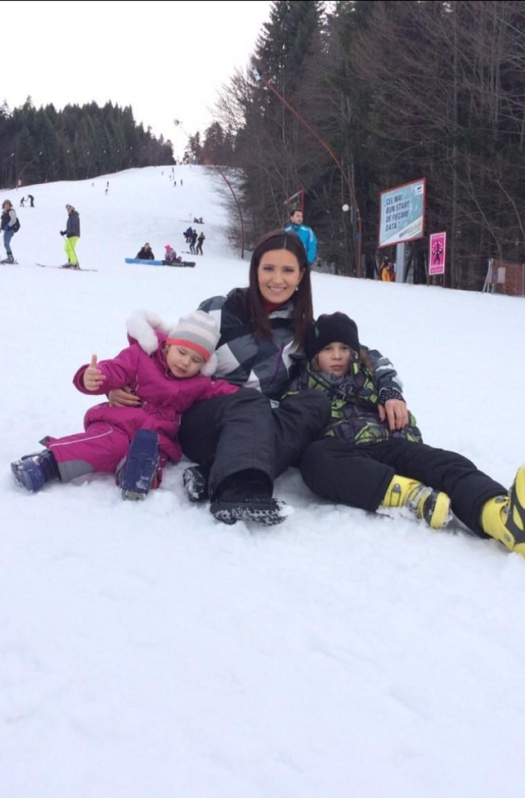 Ela si copiii la munte