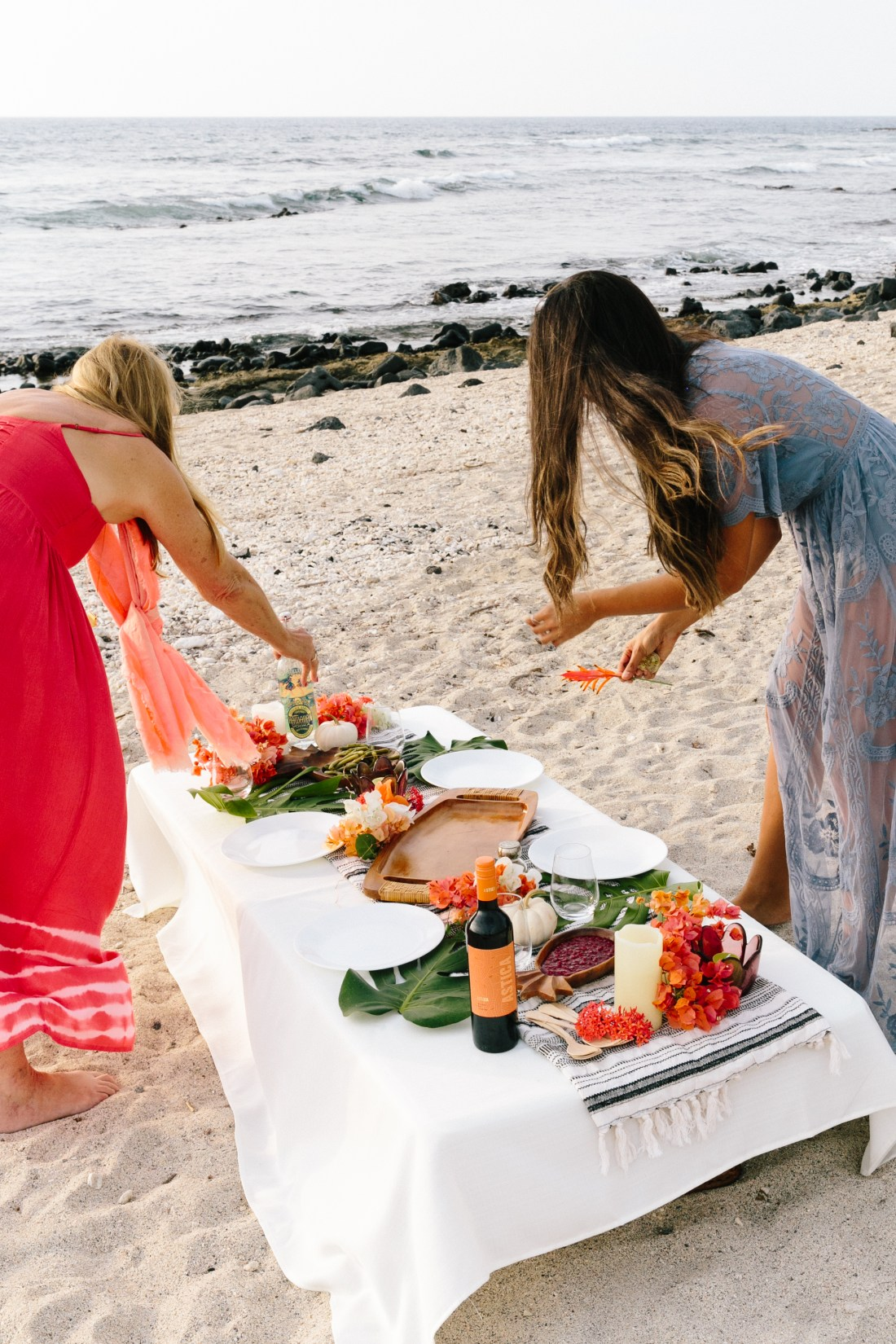 Hawaii-based photographer, educator, blogger and entertainer Elana Jadallah of ElanaLoo.com shares her tips on how to host a festive feast with a tropical twist. | Tropical Thanksgiving | Hawaii Thanksgiving | Hawaii Holidays | Island Style Holidays | Thanksgiving Tablescape | How to host a Beach Thanksgiving via @elanaloo + elanaloo.com