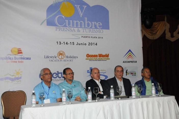 En la mesa principal Aridio Perdomo, José Antonio Rodriguez, Francisco Dominguez Brito, Lorenzo Sancassani y José Tejada.