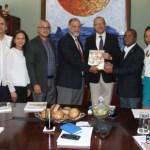 """Ministro de Cultura recibe """"Plan Estratégico de Artesanía"""""""