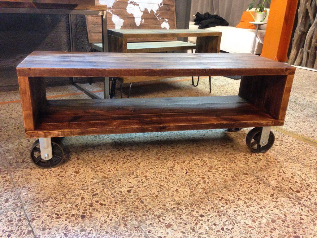 Mesa vintage industrial fabricada con madera de pino y - Mueble tv con ruedas ...