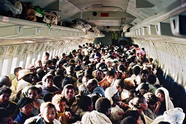 El 747 hasta los topes con más de 1000 almas en su interior durante la evacuación.