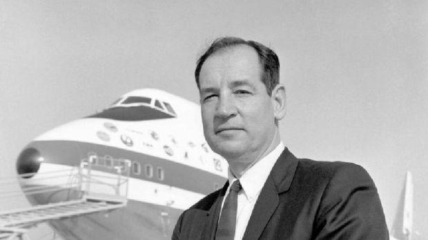 Joe Sutter delante del primer 747 de la historia (Boeing)