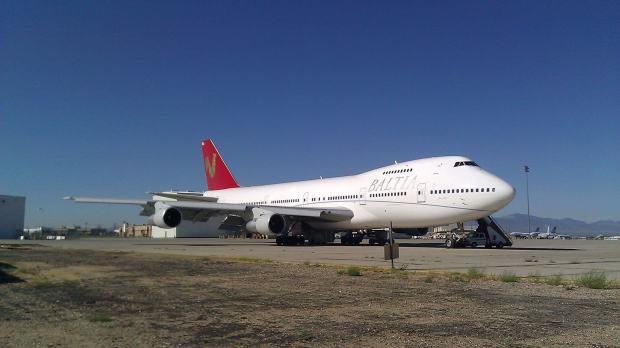 Baltia 747-200... en un aeródromo.