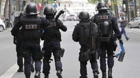 Special intervention French gendarmes and police arrive at the scene of an operation in Paris, France, May 26, 2016.  REUTERS/Benoit Tessier