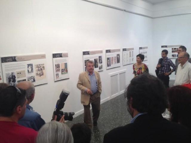 El pintor explica a los asistentes los paneles informativos sobre su vida