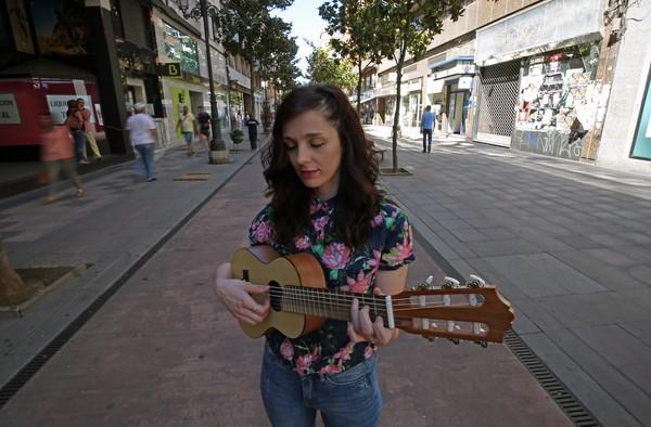 La cantautora ponferradina Cía Campillo, la cuál va a sacar su primer disco a través de una campaña de crowdfunding. / CÉSAR SÁNCHEZ (ICAL)