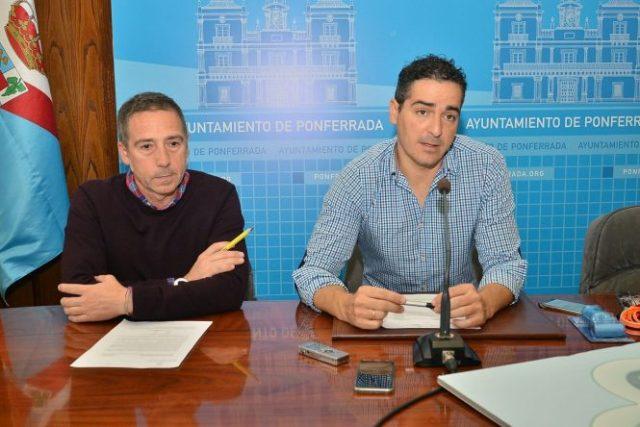 El concejal de Medio Ambiente, Roberto Mendo ( D), fue el encargado de presentar la segunda campaña de acogida de perros. / QUINITO