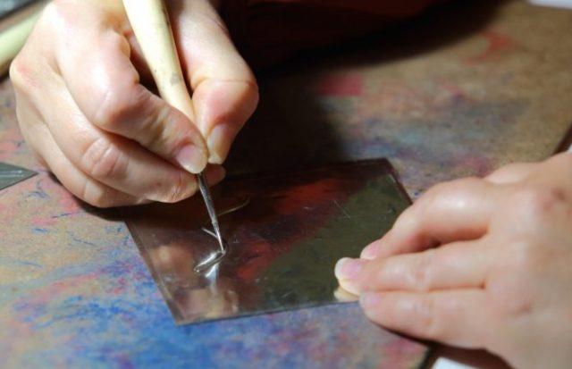 Proceso artesanal de repujado de estaño. / CÉSAR SÁNCHEZ (ICAL)