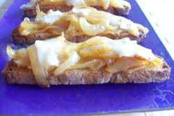 cebollanaranja3 - Cebolla confitada a la naranja en tostada con queso de cabra gratinado