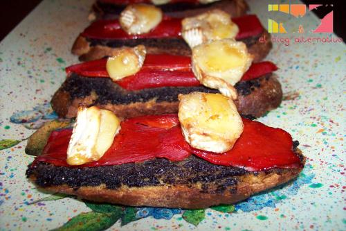 tostadaaceitunas portada - Tostadas de paté de aceitunas, pimientos del piquillo y queso brie fundido