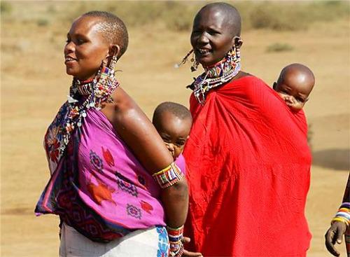 mujeres masai pasean hijos kenia - paz y crianza