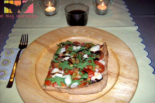 pizza rucula - Pizza de rúcula, tomate y queso con miel y reducción de Módena