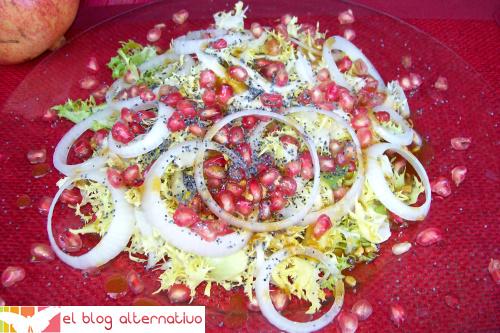 ensalada escarola con granada, semillas de amapola y vinagreta dulce