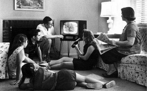 1950 family watching tv - 1950-family-watching-tv