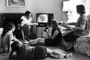 1950 family watching tv - ¿Por qué vemos tanto la tele?