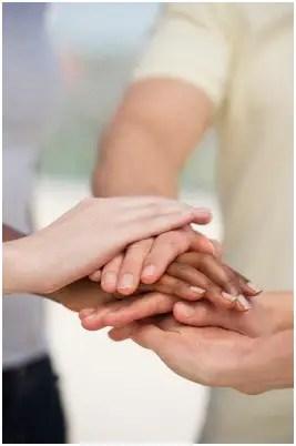 manos - Al trabajo sí se va a hacer amigos