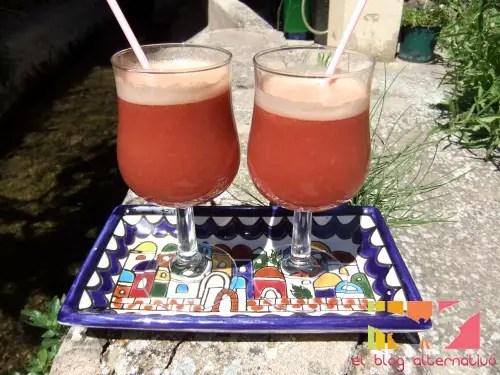 zumo de frambuesa, manzanas y melocotones