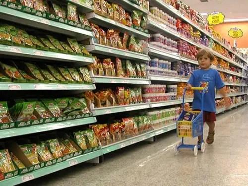 nino en supermercado - Niño en supermercado