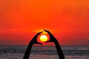 sol manos - Mi experiencia con el Sun Gazing (mirar al sol) de Hira Ratan Manek