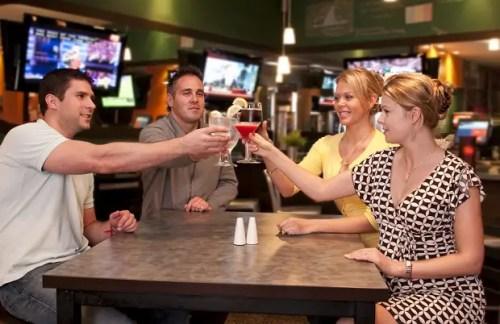 amigos y copas - Cheerful friends toasting