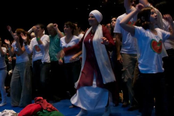 """MG 2819 - CONCIERTO DE SNATAM KAUR en Barcelona: """"Cuando cantamos mantras, treinta millones de células del cuerpo resuenan, bailan, formando patrones que nos moldean física, mental y espiritualmente"""". Entrevista"""