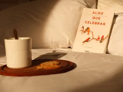 Foto de Algo que celebrar por Lola Mayenco - ALGO QUE CELEBRAR: Guía sencilla para enriquecer la vida con bellas tradiciones