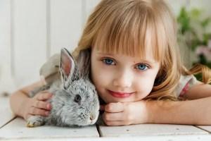 niña con mascota