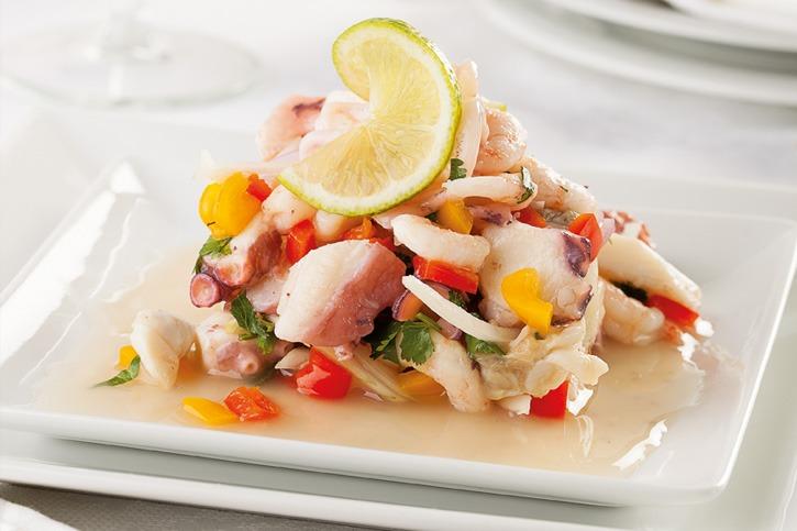 Salpicón de langostinos, calamar y pulpo con pimientos