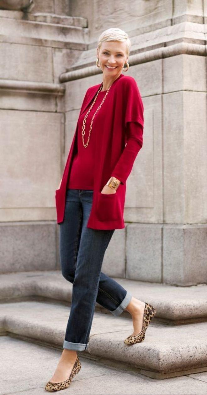 jeans en color gris combinado con un pullover y rebeca en color rojo