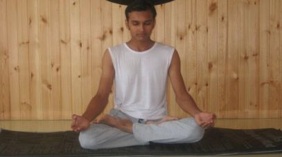 hombre meditando en postura del loto