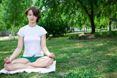 Mujer haciendo yoga para mejorar la concentración