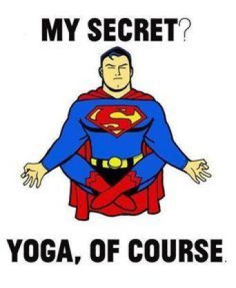 Comer para un yogi: superman haciendo yoga