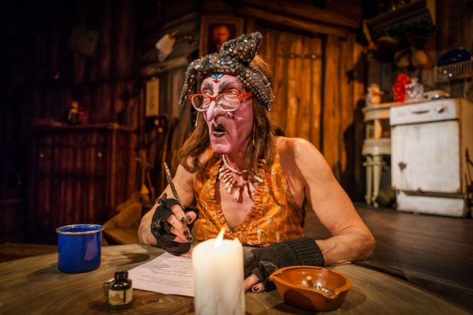 Rainer König als Hexe Baba Jaga