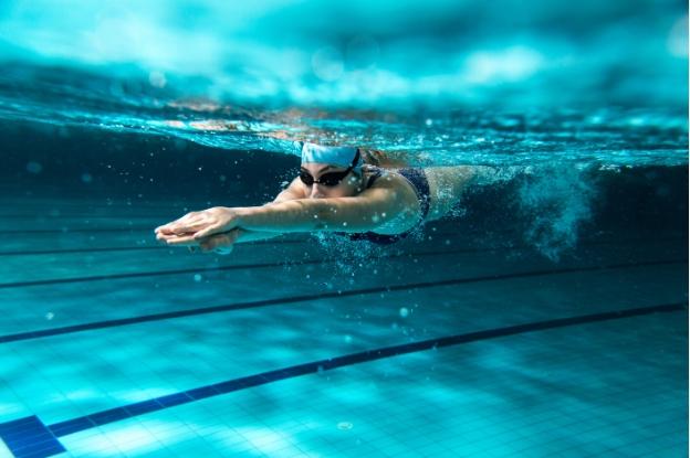 los expertos recomiendan hacer natación para adelgazar
