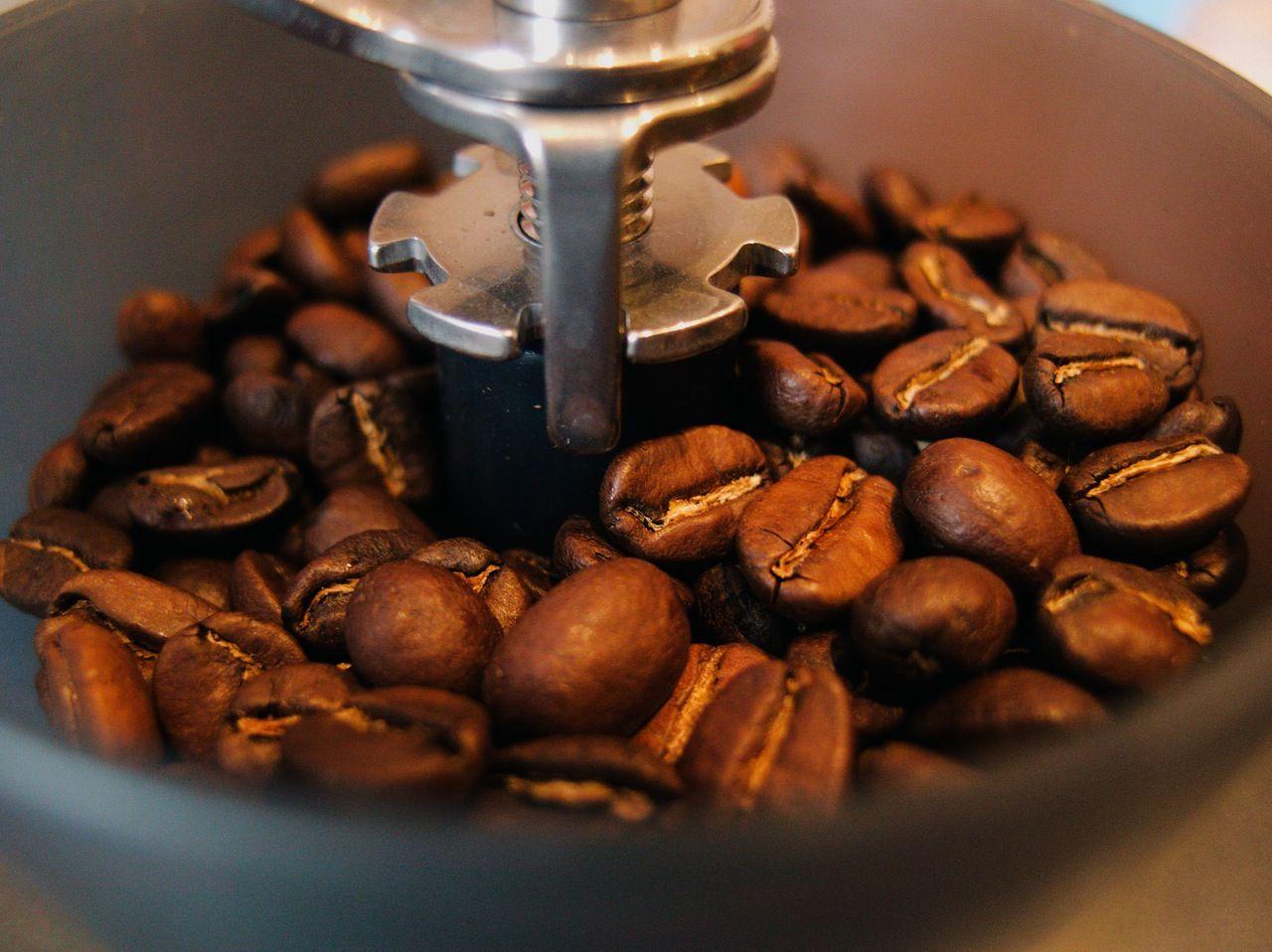 Granos de café en un molinillo