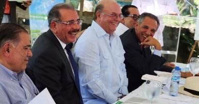 Presidente Medina y expresidente Mejía sostuvieron ameno encuentro durante entrega de centro educativo